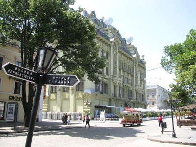 Чашечка кофе в кафе на Дерибасовской в Одессе
